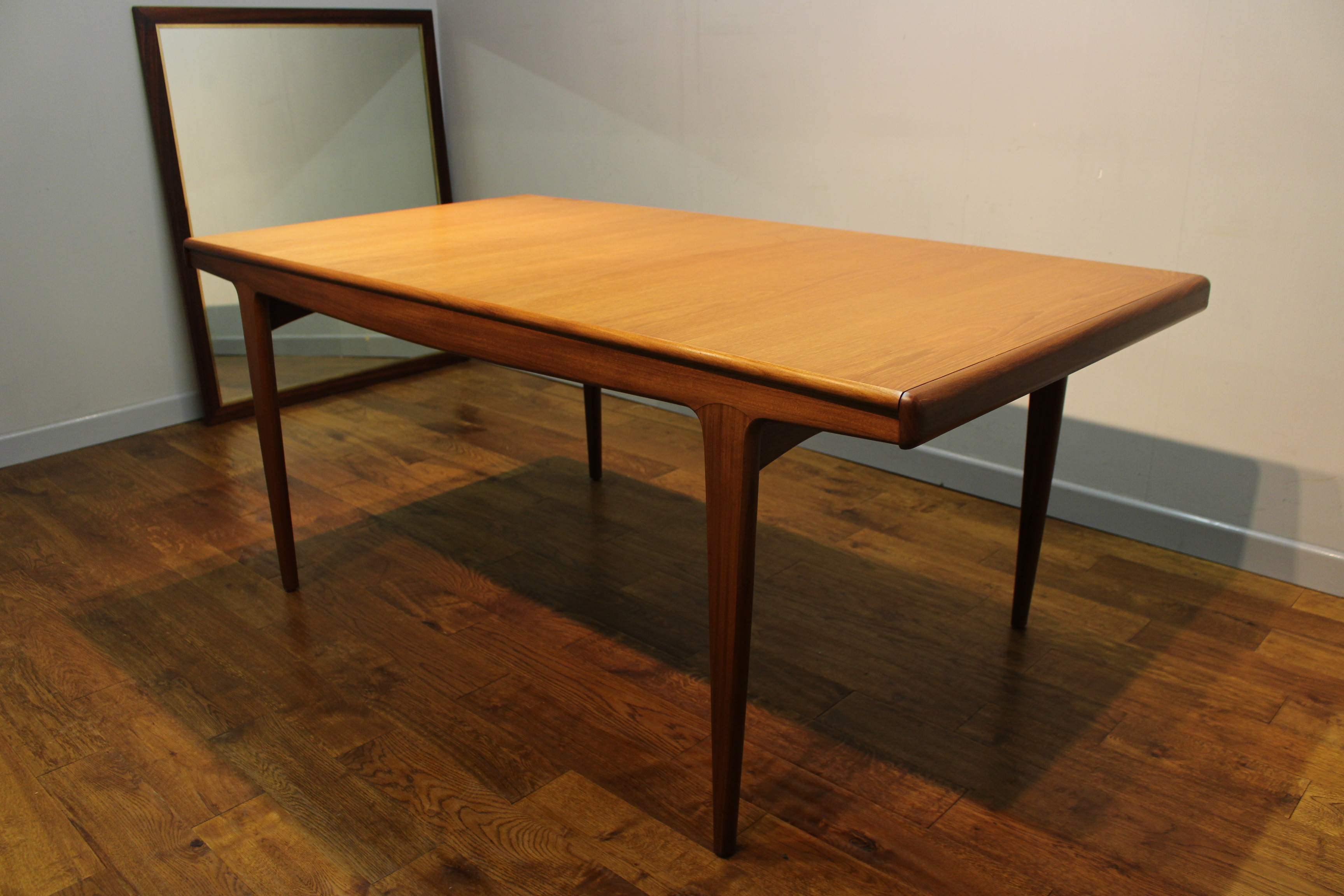 A Younger 810 seat Sequence teak dining table c 1968  : a younger large sequence teak dining table 4 from www.vintageretro.co.uk size 3456 x 2304 jpeg 1210kB